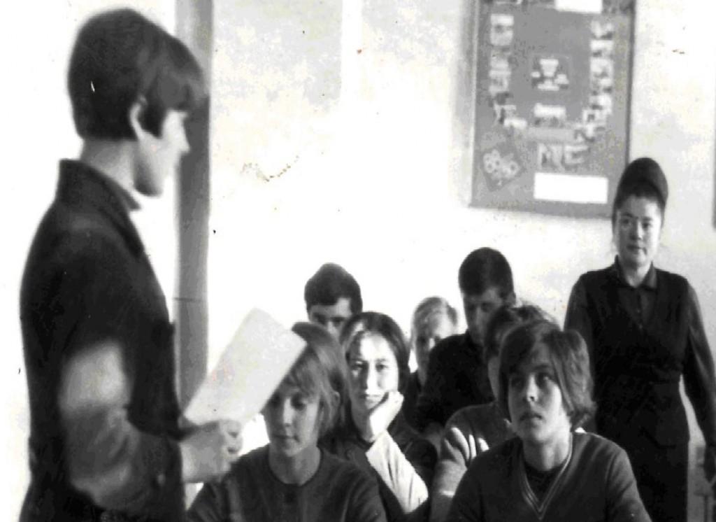 Учні вечірньої школи робітничої молоді. Заняття веде Євгенія Степанівна Гарасюк