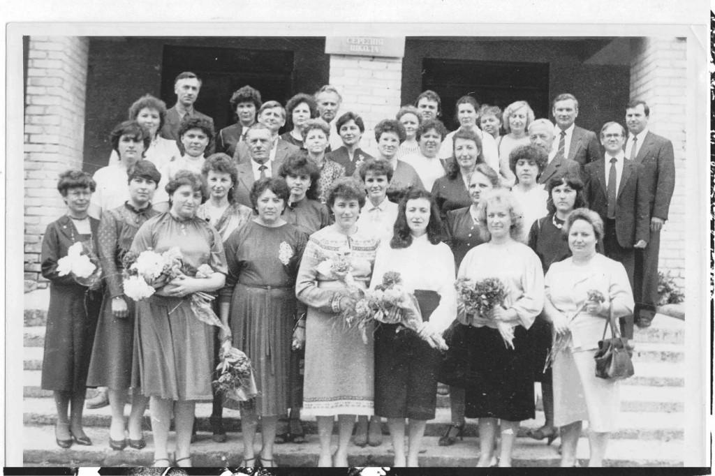 Педагогічний колектив 1990-1991 н. р. У  центрі – директор школи – Денисюк Валентина Миколаївна